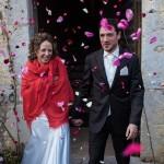 sortie de la cérémonie sous les pétales de fleurs