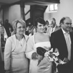 l'arrivée de la mariée à l'église sous l'oeil du photographe