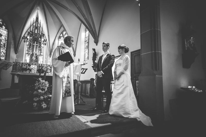 le-pretre-devant-les-maries-dans-une-chapelle-alsacienne
