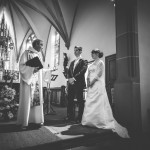 le prêtre devant les mariés dans une ancienne chapelle alsacienne