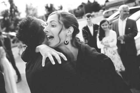 le photographe saisit l'instant où une proche saute de joie aux bras du marié