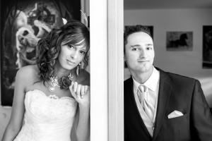 les mariés cachés derrière la porte