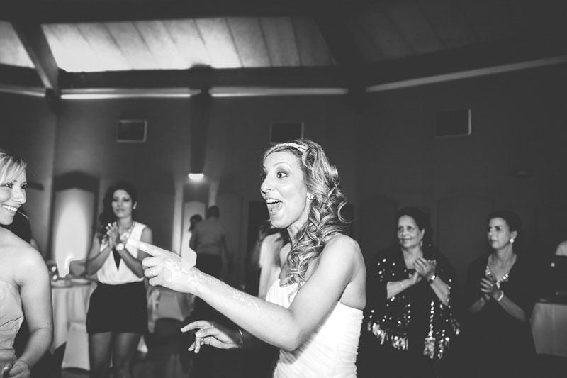 la mariée bourrée danse pendant la soirée