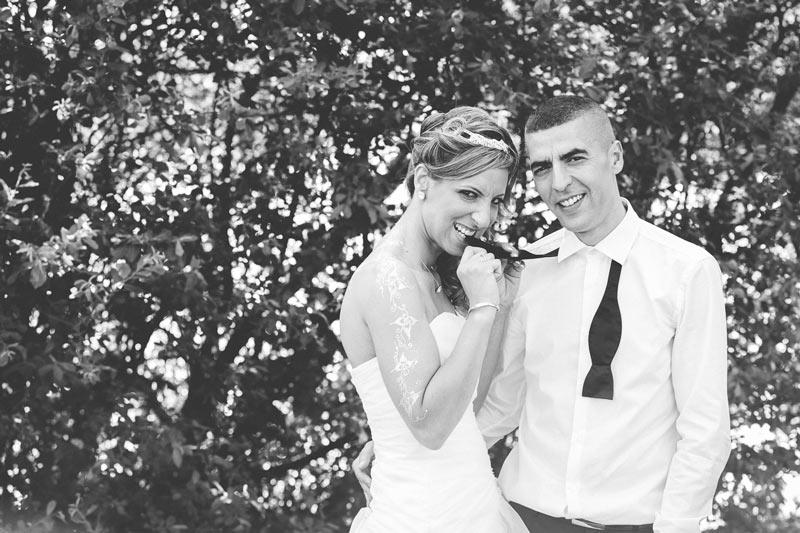 la mariée croque dans la cravatte