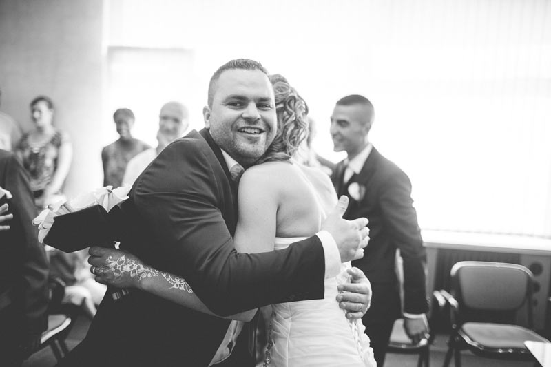 la mariée félicitée par son témoin à la fin de la cérémonie lorraine et moselle