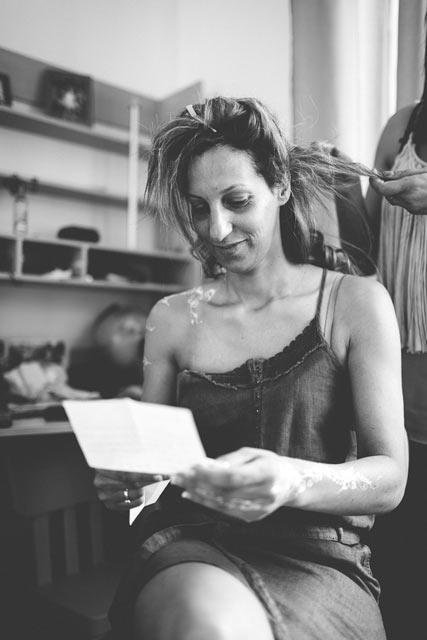 la mariée lit une lettre pendant qu'elle se fait coiffer en lorraine