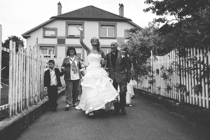 la mariée sort de son domicile accompagnée par ses proches en lorraine