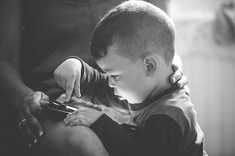 le petit garçon de la mariée joue sur les genoux de sa maman en lorraine