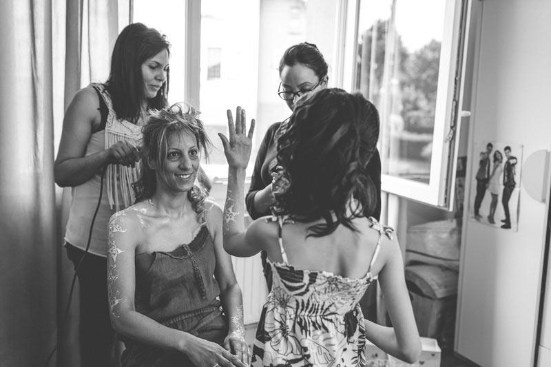 le photographe immortalise des moments de vie entre la mariée et sa fille
