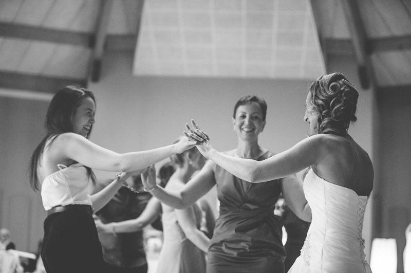 les amies s'amusent pendant le mariage