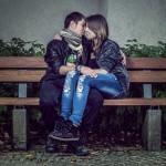 les fiancés assis sur un banc