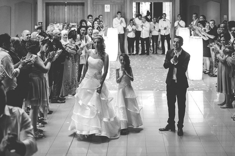 les mariés applaudis par les invités