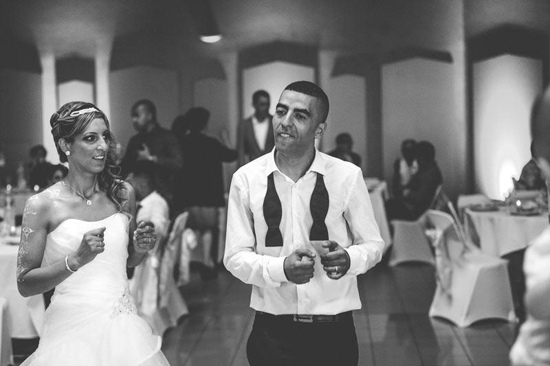les mariés dansent et sont heureux