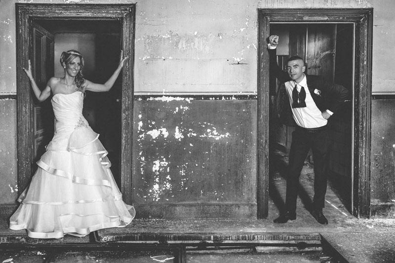 les mariés posent dans une usine abandonnée en lorraine moselle