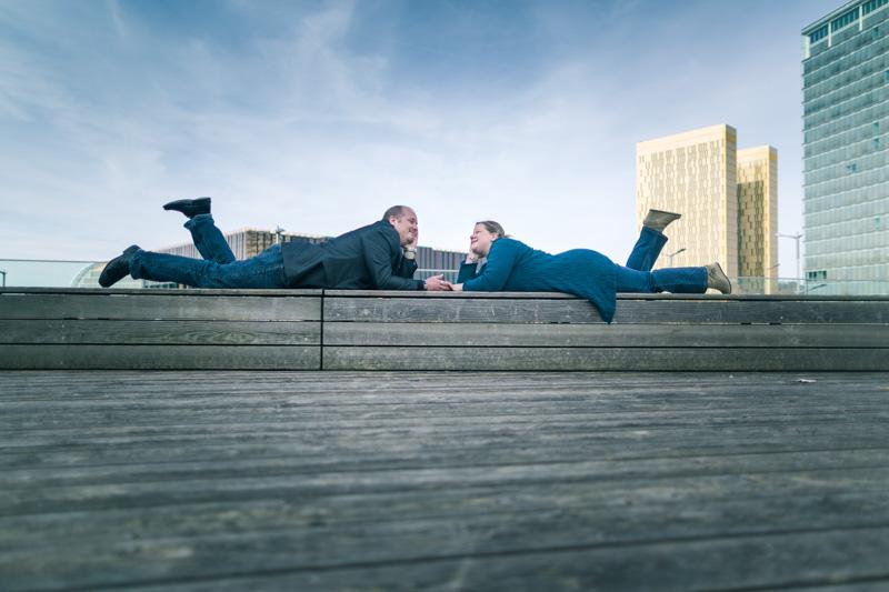 couple allongé sur un banc au kirchberg