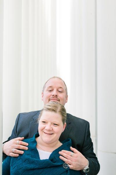 le couple s'amuse avec le photographe