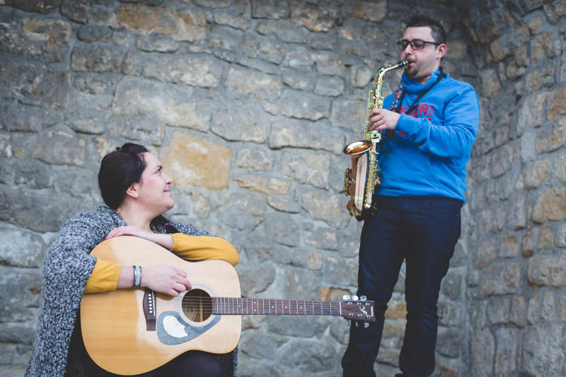 le photographe avec un couple de musicien pendant une séance fiançailles