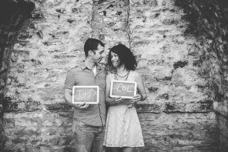 le photographe avec un couple pendant un séance fiançailles