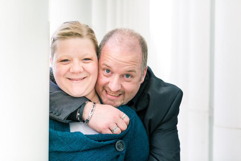 portrait de couple regardant le photographe