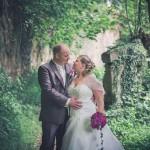 les mariés posent pour le photographe
