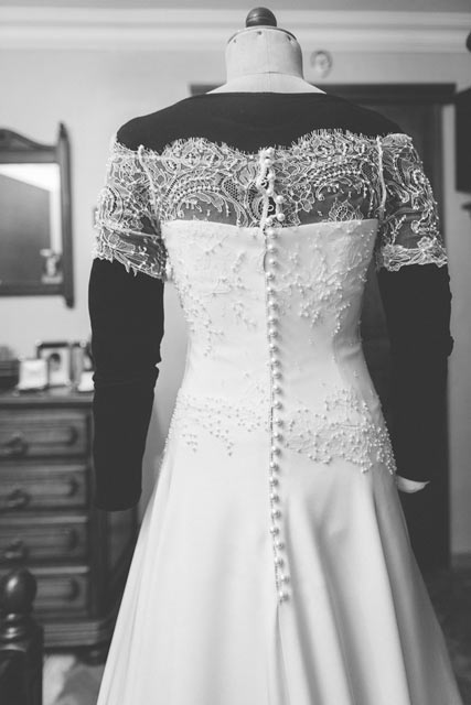 wedding dress made up of 2900 pearls