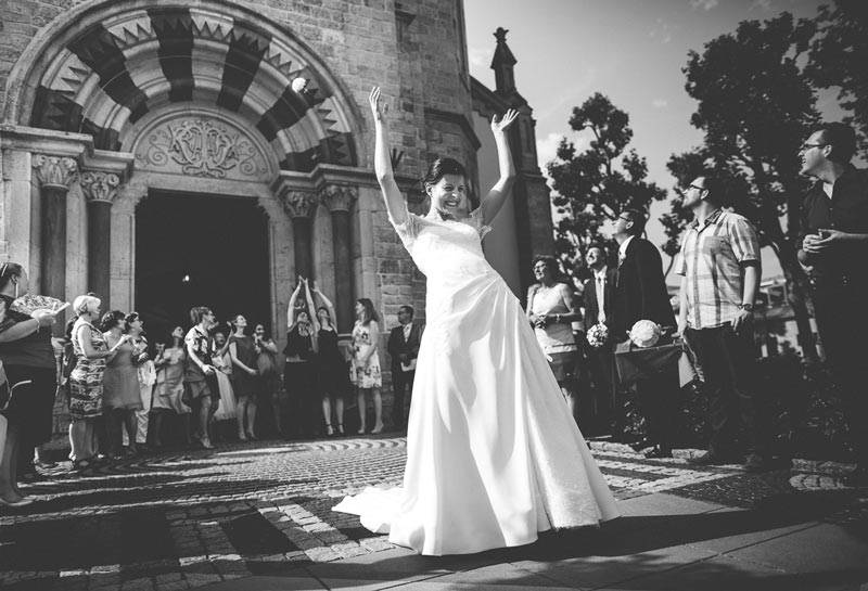 the bride throw the bouquet in front of the Bettembourg church