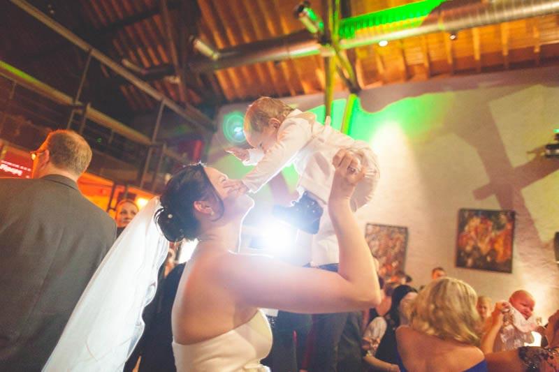 la mariée et son bébé pendant la soirée