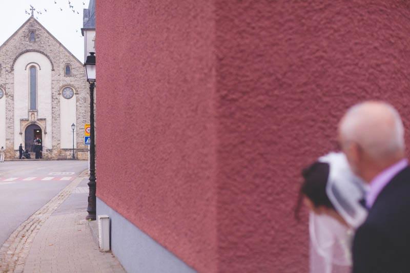 le photographe attend devant lréglise d'aspelt