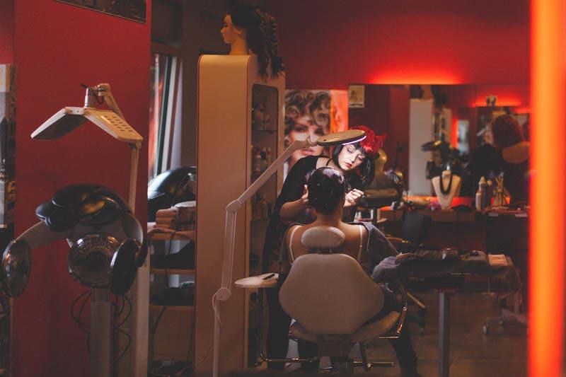 le photographe compose dans le salon de coiffure