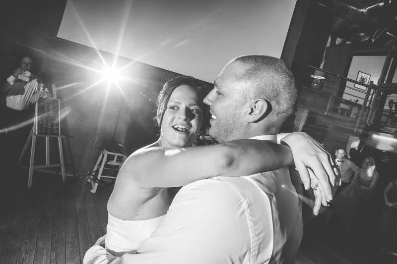 les mariés éclairés par le flash externe du photographe