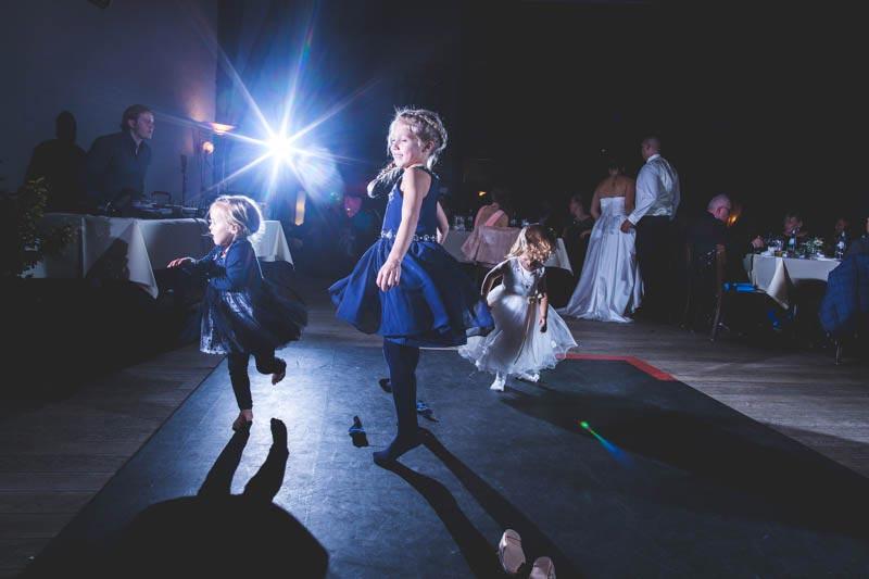 utilisation de flash déporté par le photographe de mariage
