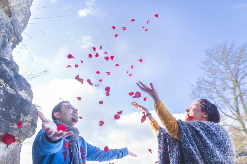 le photographe capte l'instant ou le couple lance les pétales de rose