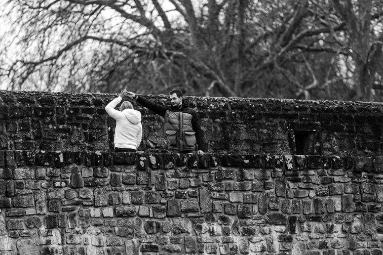 danse sur un pont au-dessus de l'alzette du luxembourg