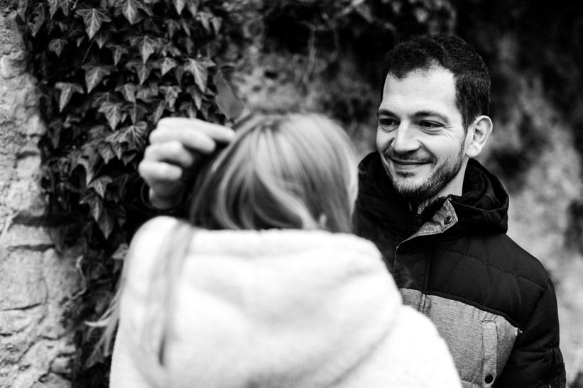 les fiançés s'amusent avec le photographe