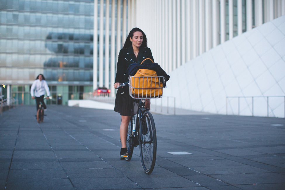 à vélo devant l'opéra du luxembourg
