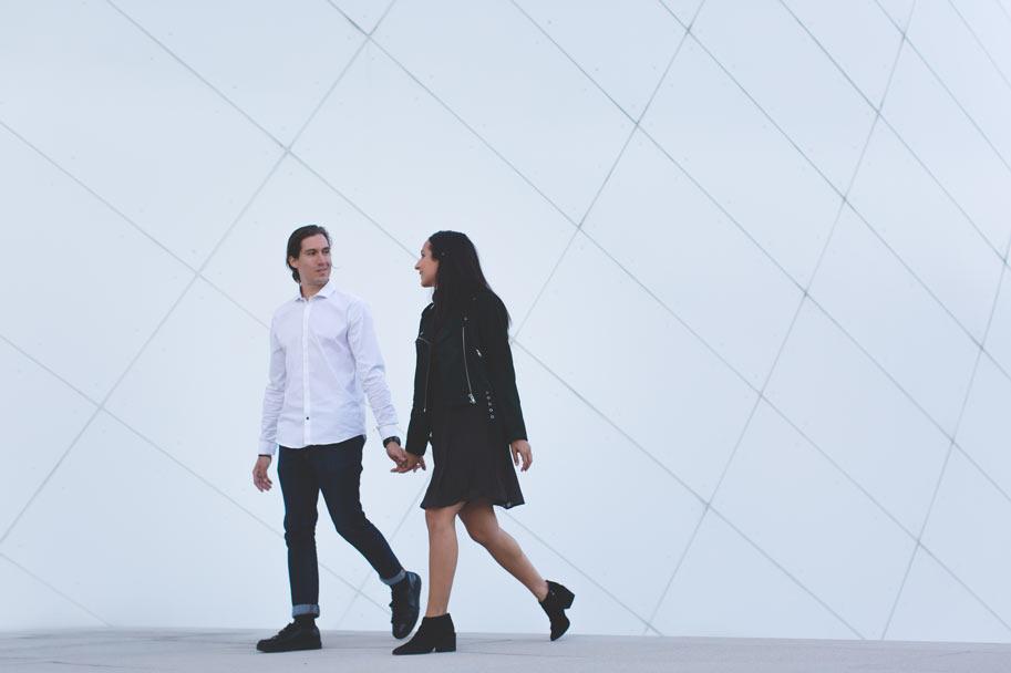 couple d'amoureux devant la philharmonie
