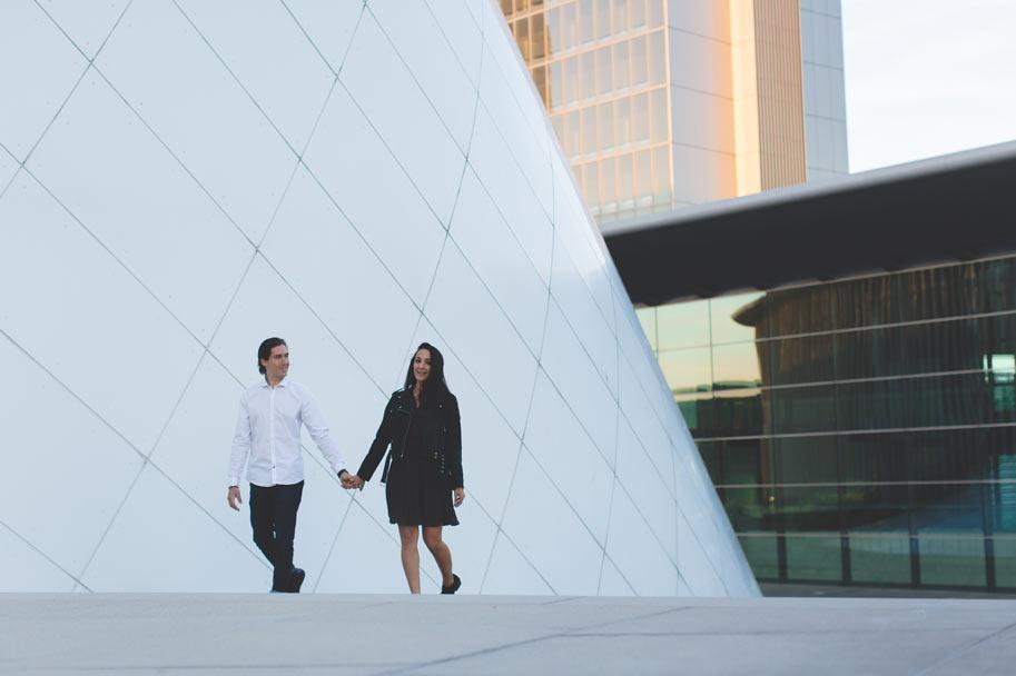 couple marchant devant la philharmonie en soirée