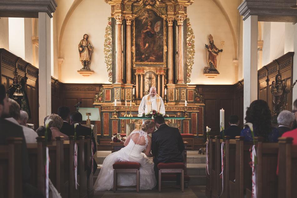 les mariés devant le prêtre à hesperange