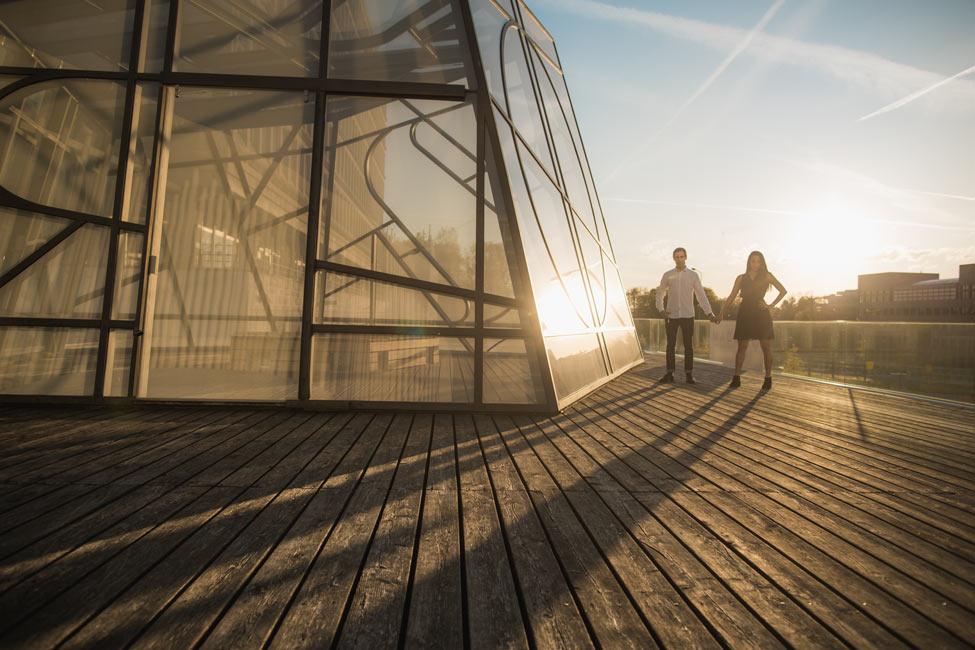 un couple sous le soleil couchant du luxembourg