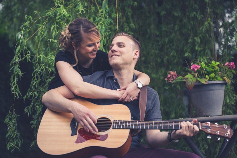 couple amoureux dans un jardin