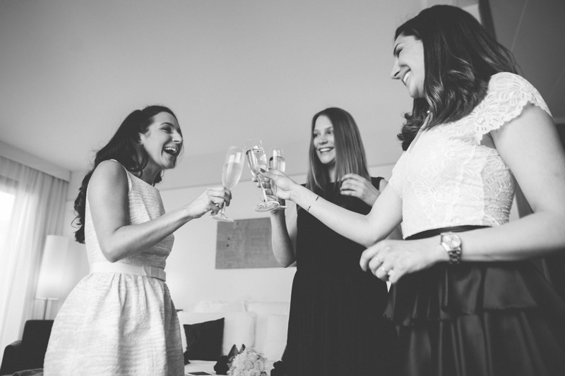 la mariée et ses demoiselles d'honneur trinquent au champagne