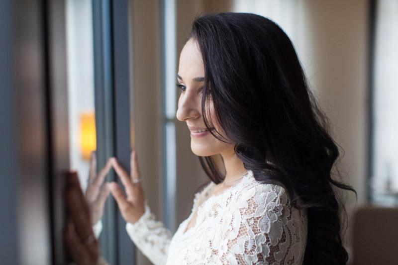 la mariée pose devant la fenetre de la chambre