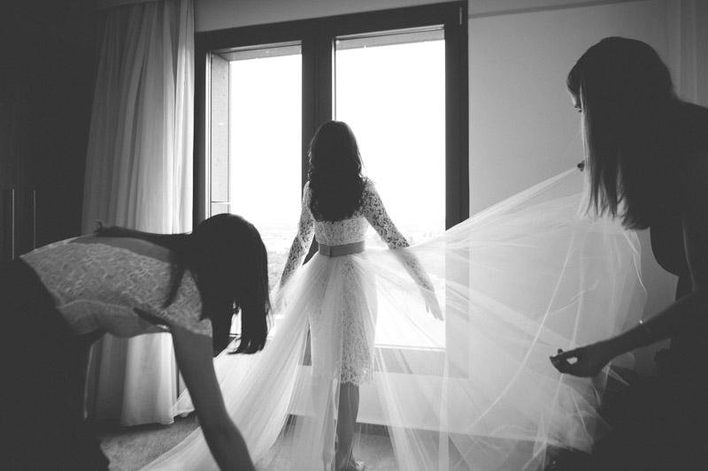 la mariée s'habille à l'hotel melia