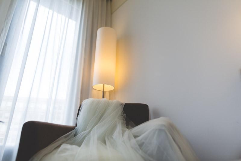 la robe de la mariée dans la chambre de l'hotel melia au luxembourg