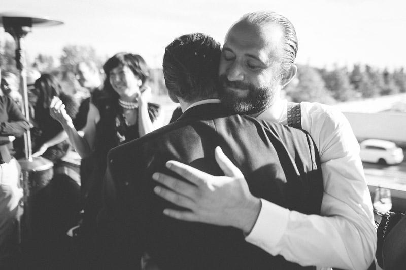 le marié félicité par un ami