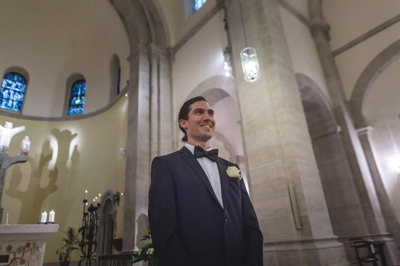 le marié souriant dans l'église