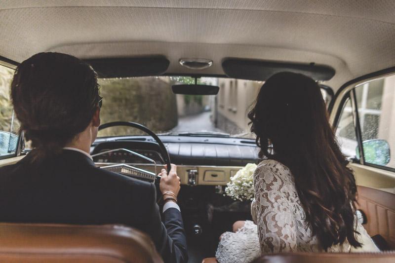 le photographe monte à bord de la voiture des mariés dans le Grund