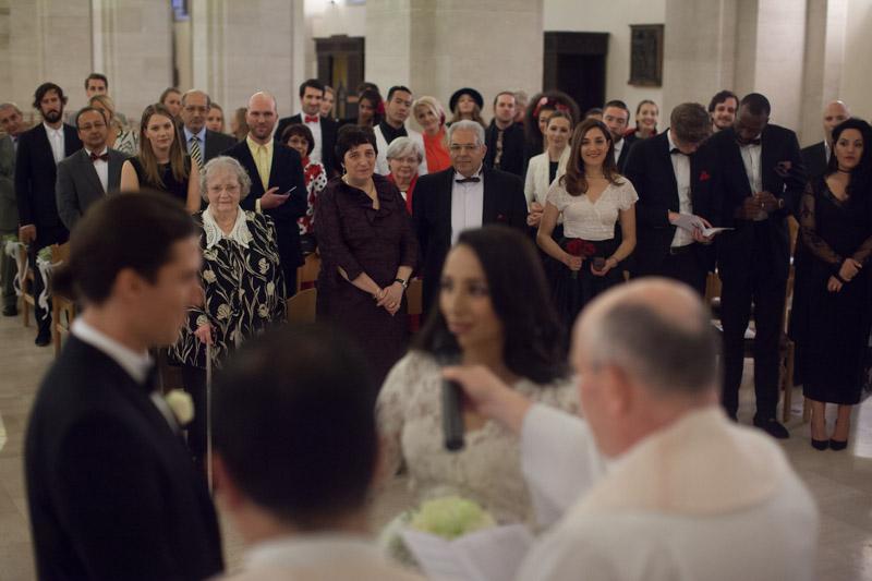les invités regardent les mariés se dire oui