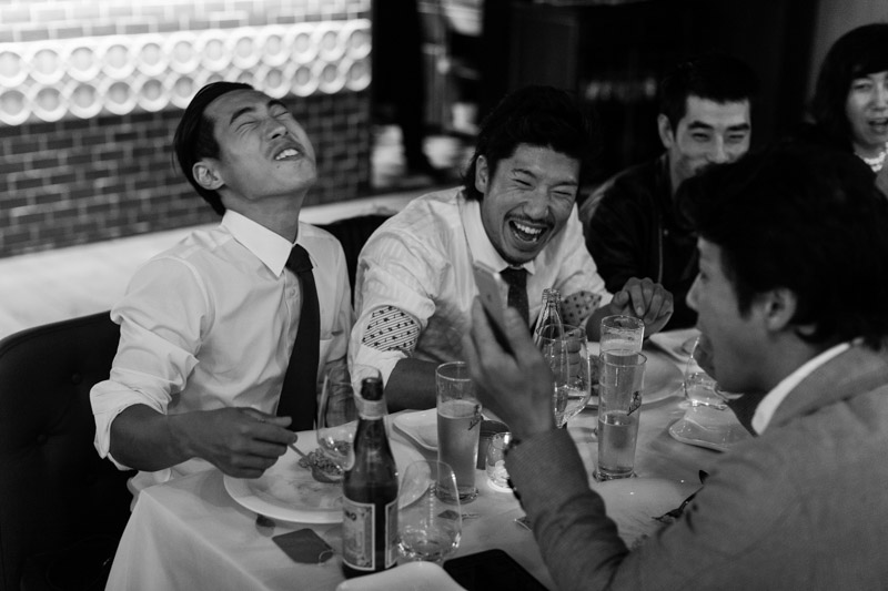 les japonnais à table rigolent