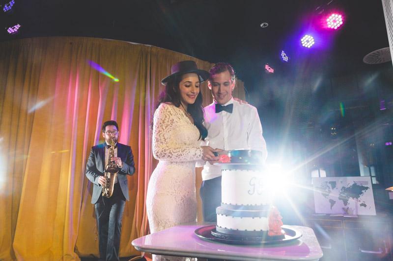 les mariés coupent le gateau au son du saxophone